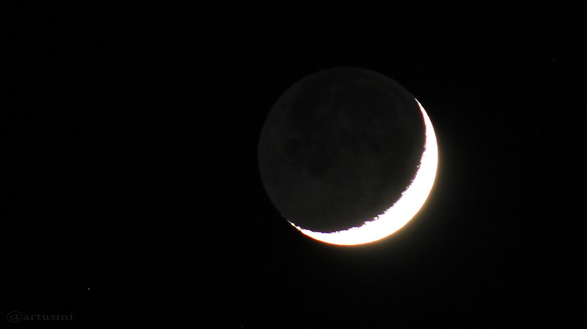 Sichel des zunehmenden Mondes mit Erdlicht am 14. Dezember 2015 um 18:03 Uhr
