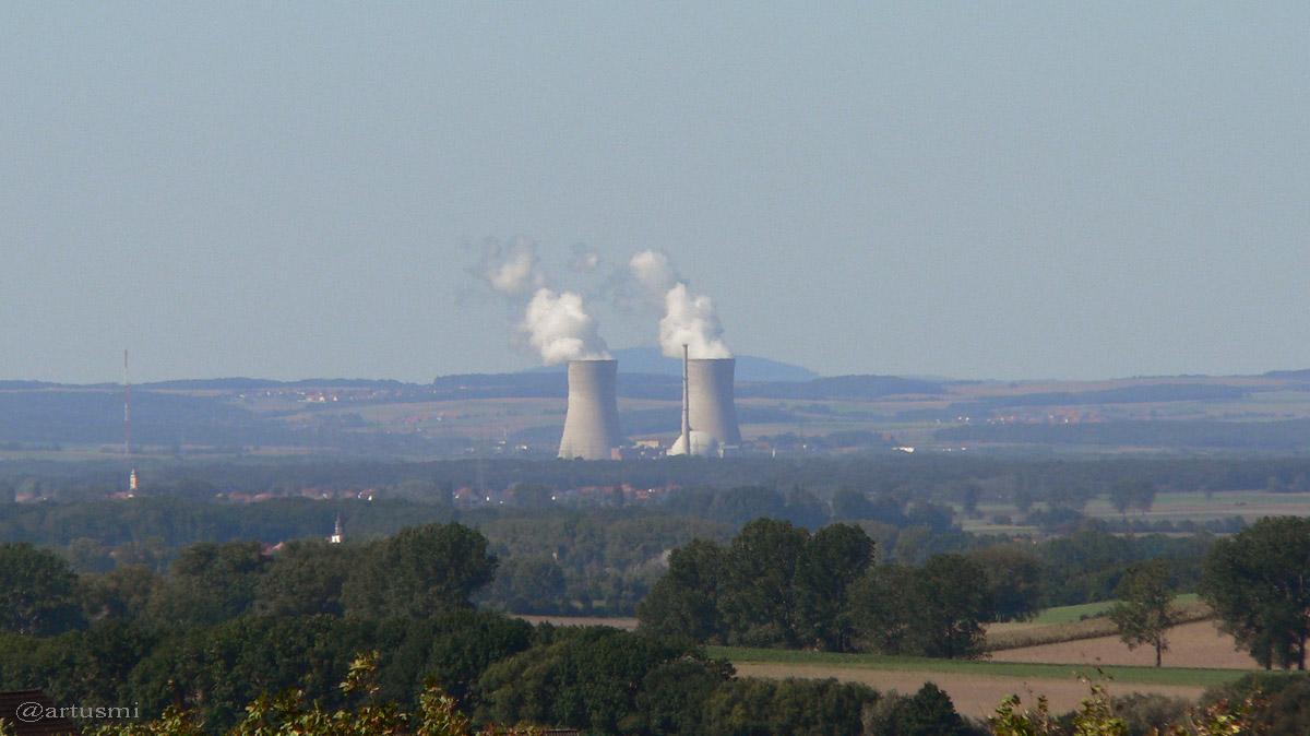 Blick von Michelau im Steigerwald auf das zwischenzeitlich abgeschaltete AKW Grafenrheinfeld - 19. September 2005