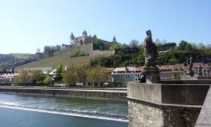 Blick von der Alten Mainbrücke zur Festung Marienberg in Würzburg - 24. April 2015 um 12:51 Uhr