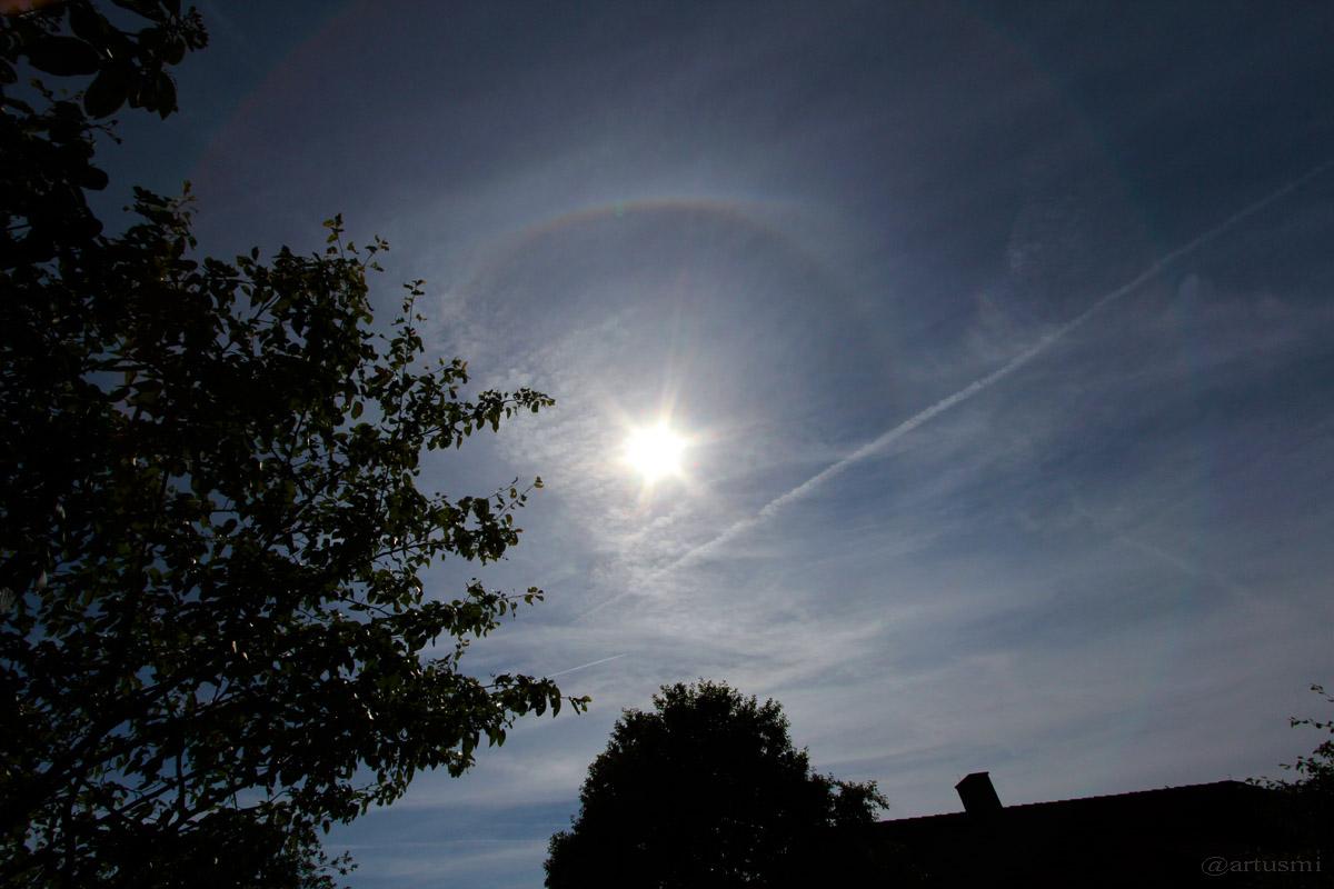 Teil eines 22°-Rings oberhalb der Sonne