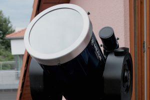 Mit Sonnenfilter geschütztes Teleskop für eine sichere Sonnenbeobachtung