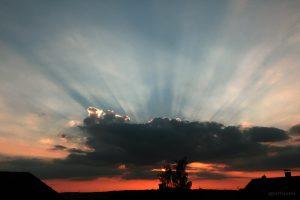 Wolkenstrahlen am Westhimmel am 31. Juli 2014 um 20:31 Uhr