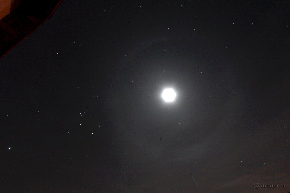 Mondhalo rechts des Orions
