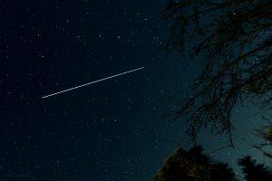 Strichspur der ISS am 8. April 2015 um 22:07 Uhr am Nordost-Himmel von Eisingen zwischen dem Großen Wagen (oben) und dem Kleinen Wagen mit dem Polarstern darunter. Danach verschwand die Raumstation im Erdschatten.