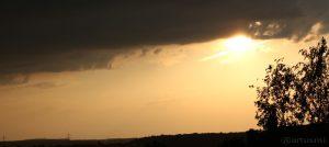 Gewitterwolken und Sonne am 12. Mai 2015 um 20:00 Uhr.