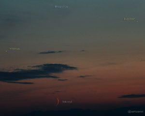 Venus, schmale Mondsichel, Jupiter und Regulus am 18. Juli 2015 um 21:58 Uhr