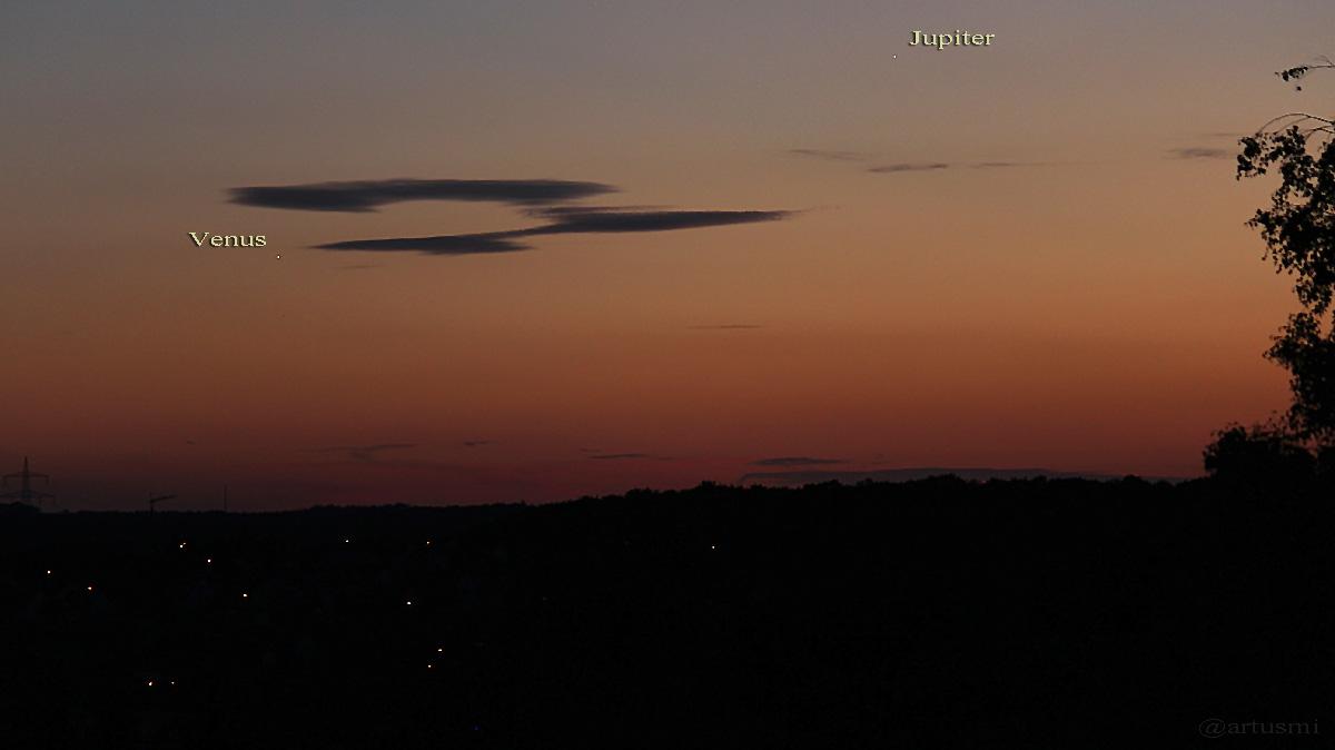 Venus und Jupiter am 21. Juli 2015 um 21:54 Uhr in der Abenddämmerung