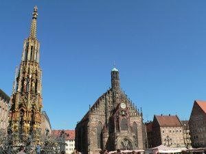 Schöner Brunnen und Frauenkirche am Hauptmarkt in Nürnberg - 17. August 2011