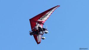 Ultraleichtflugzeug im Tiefflug