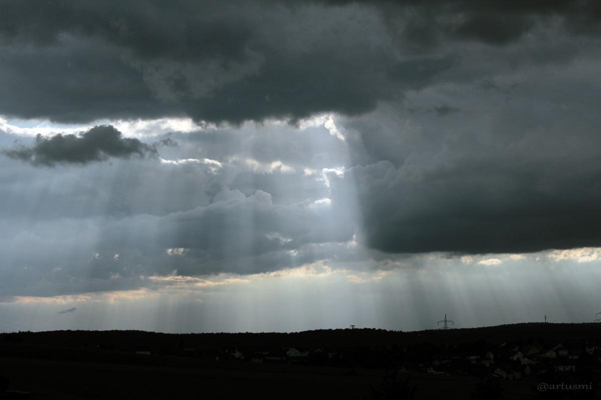 Wolkenstrahlen zwischen Gewitterwolken