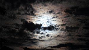 Mond mit verwaschenem Hof am 29. August 2015 um 21:41 Uhr