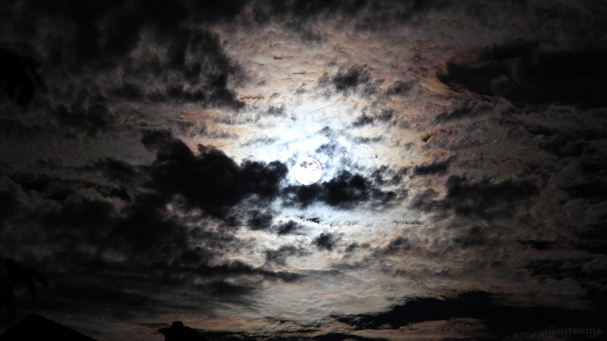 Irisierende Wolken am Mond?