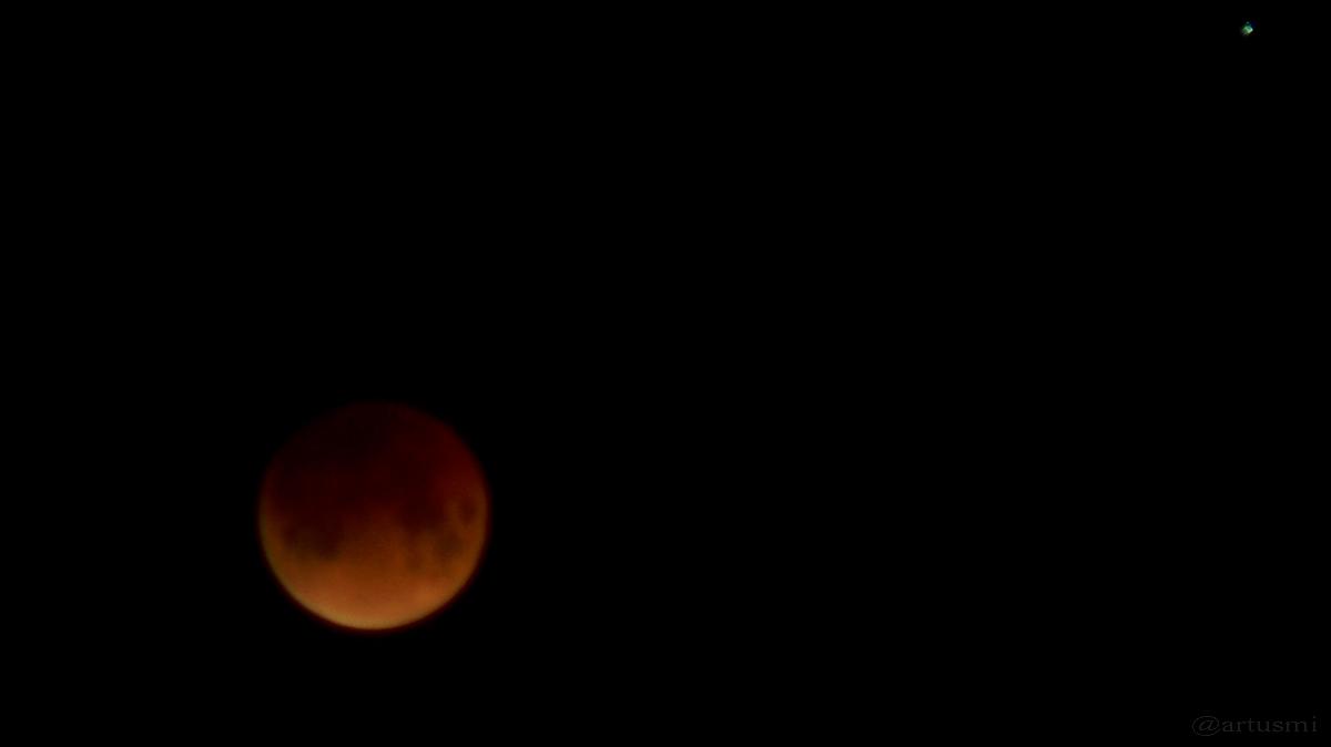 Mond und Regulus 5 Minuten vor dem Maximum der Finsternis am 21. Februar 2008 um 04:21 Uhr