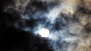 Sonne hinter Wolken am 12. September 2015 um 16:12 Uhr
