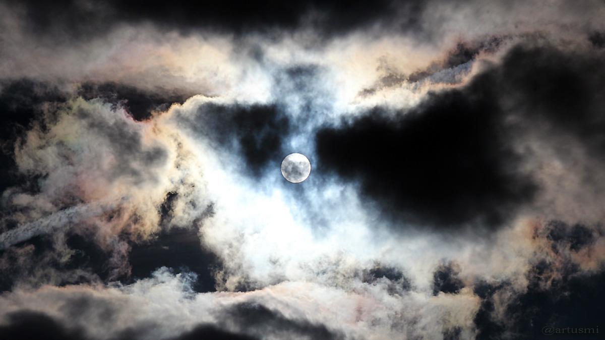 Sonne hinter irisierenden Wolken am 24. September 2015 um 17:03 Uhr