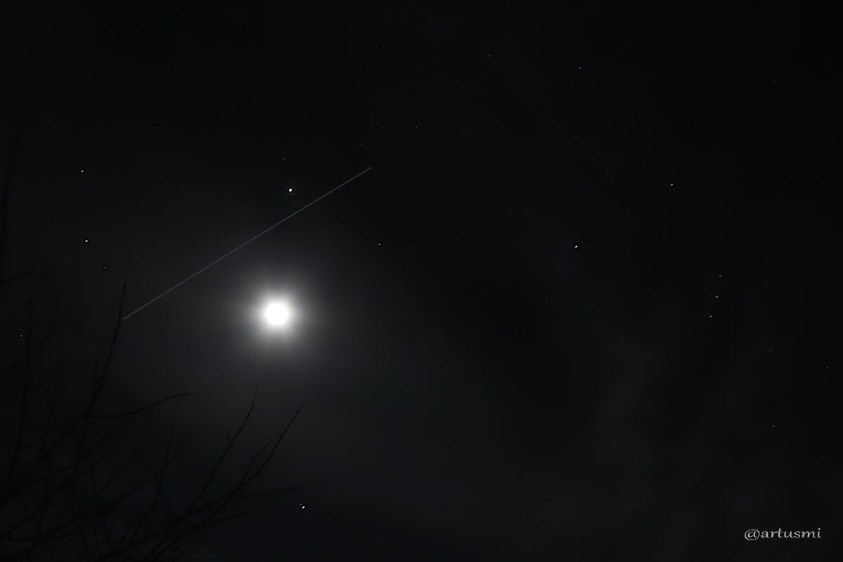 Strichspur der Internationalen Raumstation (ISS) am 11. Februar 2014 um 18:49 Uhr zwischen Jupiter und dem Mond