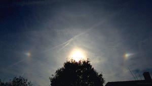 Nebensonnen am schwach ausgeprägten 22°-Ring am 12. Oktober 2015 um 15:55 Uhr