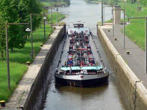 Frachtschiff in der Schleuse Goßmannsdorf am 14. Mai 2006 um 14:50 Uhr