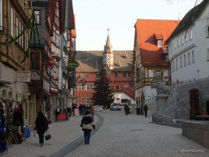 Hauptstraße in Ochsenfurt im Lkr. Würzburg am 18. Dezember 2007 um 14:25 Uhr