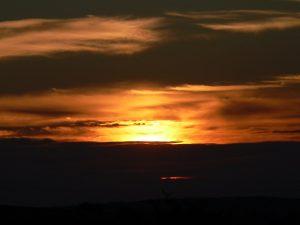 Sonnenuntergang hinter Wolken am 4. Oktober 2010 um 18:41 Uhr