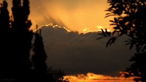 Lichtbüschel (Wolkenstrahlen) beim Sonnenuntergang am 4. Oktober 2015 um 18:37 Uhr
