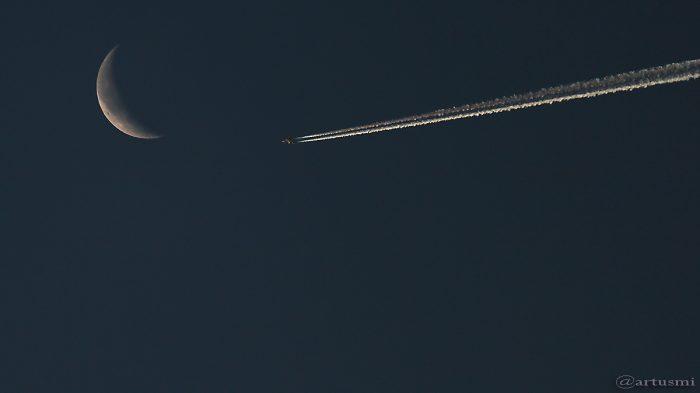 Flugzeug trifft auf abnehmenden Mond - 6. Dezember 2015 um 08:10 Uhr