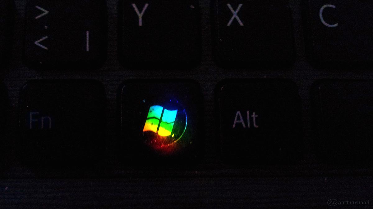 Sonnenstrahlen erzeugen Spektralfarben auf Tastatur