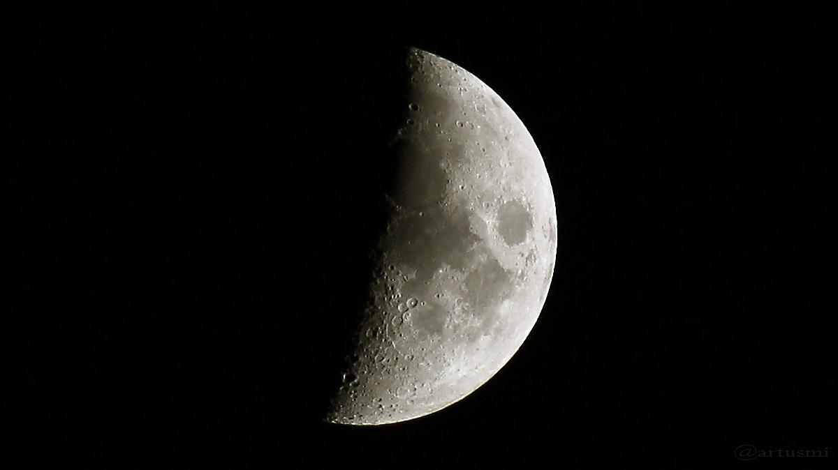 Zunehmender Mond am 13. April 2016 um 20:57 Uhr