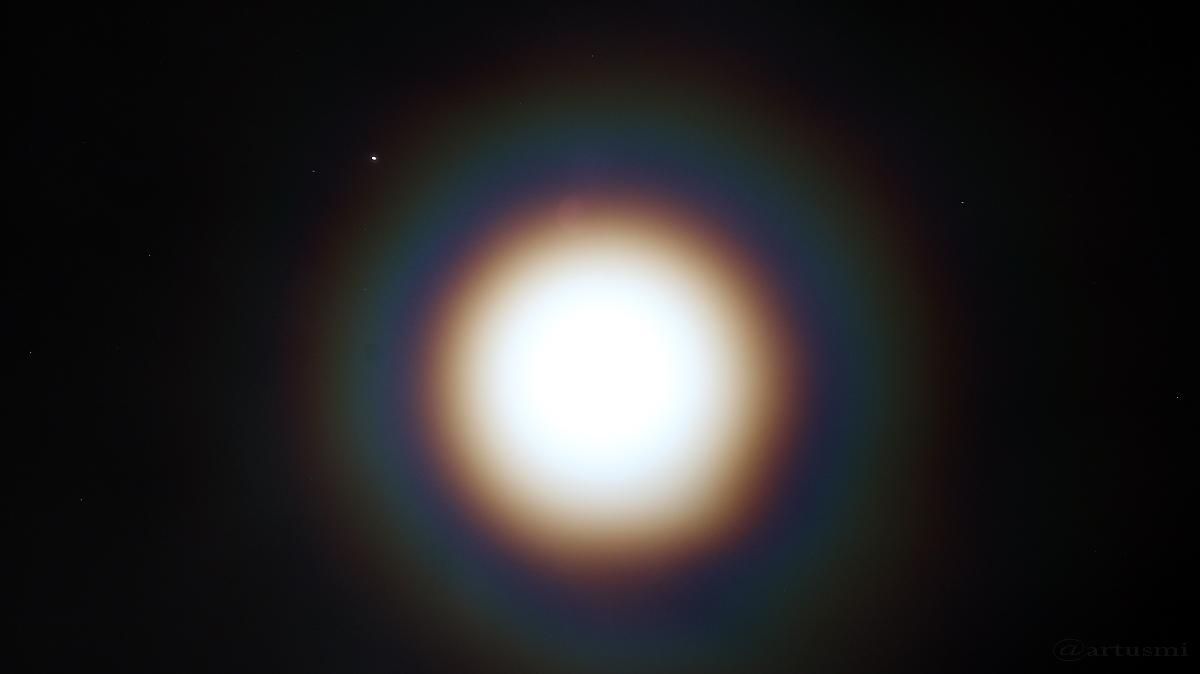 Jupiter und Mond mit Kränzen am 18. April 2016 um 00:04 Uhr
