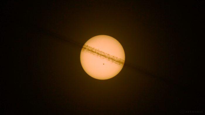 Sonne mit Kondensstreifen und AR 2546 am 21. Mai 2016 um 18:33 Uhr