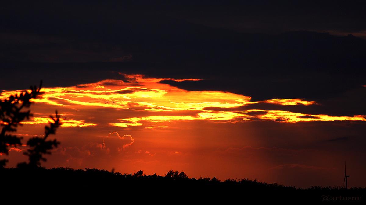 Vergeblicher Kampf der Sonne gegen Gewitterwolken
