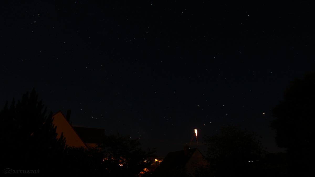 Saturn, Mars und Leuchtrakete bilden ein Dreieck