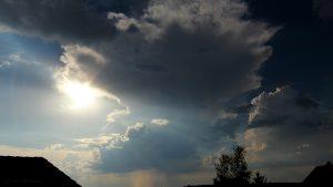 Sonne und Gewitterwolken am 28. August 2016 um 18:00 Uhr
