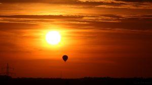 Untergehende Sonne mit Heißluftballon am 3. September 2016 um 19:44 Uhr