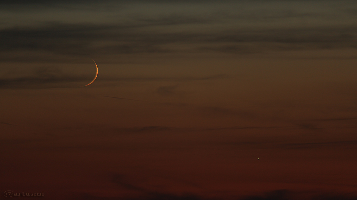 Schmale Mondsichel mit Venus am Abendhimmel