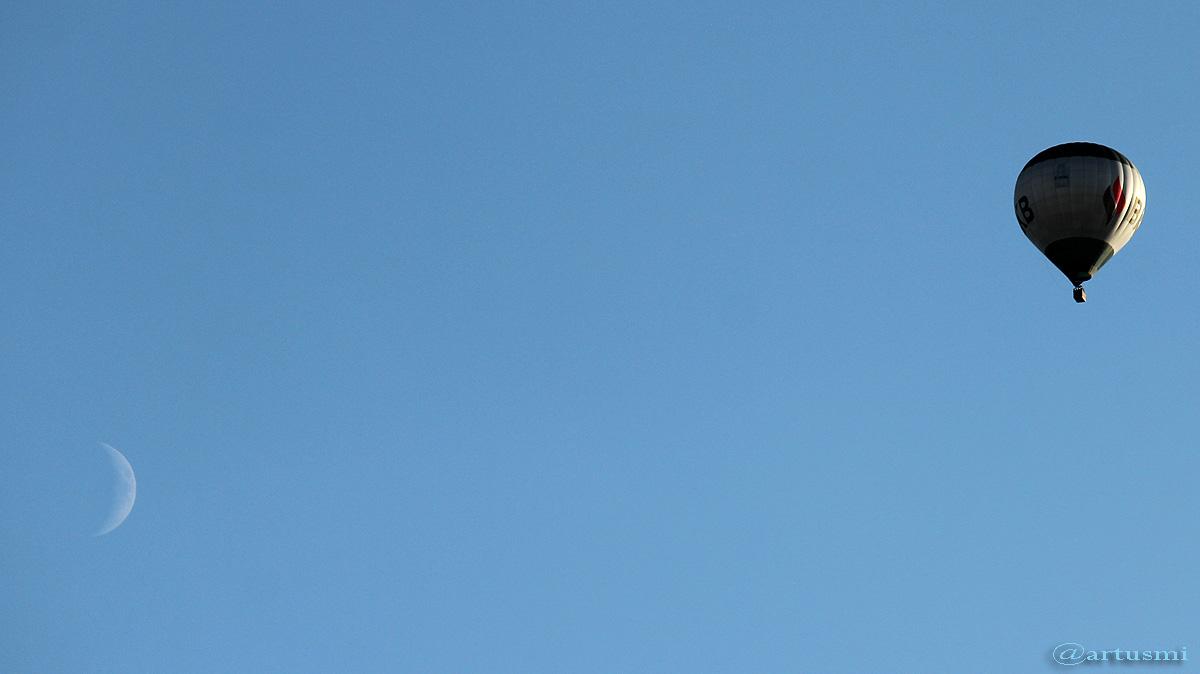 Zunehmender Mond und Heißluftballon am 6. September 2016 um 18:38 Uhr