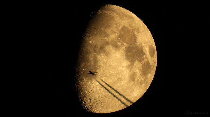 Goldener Henkel und Flugzeug am 11. September 2016 um 21:35 Uhr