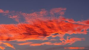 Farbenprächtige Wolken im Abendrot am 28. September 2016 um 19:17 Uhr