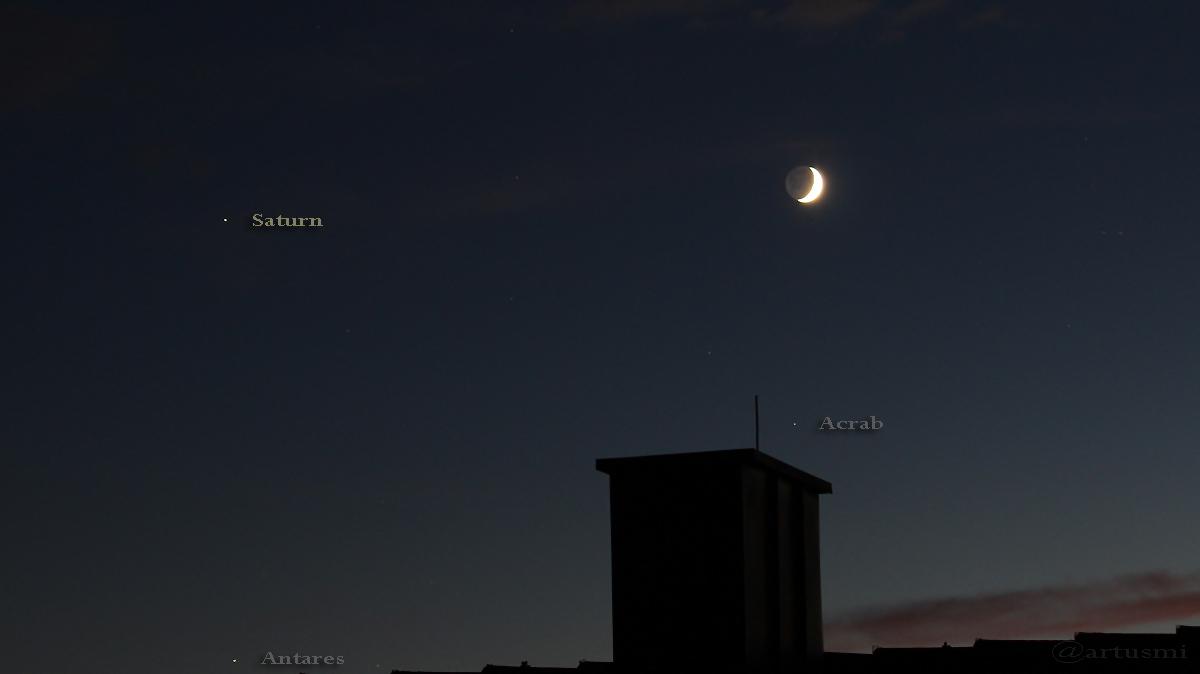 Antares, Saturn und Mond mit Erdlicht bilden ein Dreieck