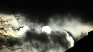 Sonne hinter schnell durchziehenden Wolken am 2. November 2016 um 15:23 Uhr