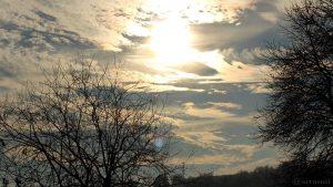 Sonne mit irisierenden Wolken am 8. Dezember 2016 um 14:14 Uhr