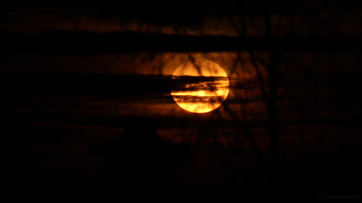 Monduntergang hinter Wolken - 13. Dezember 2016, 06:35 Uhr