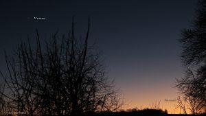 Venus und schmale Mondsichel nach Neumond am 30. Dezember 2016 um 17:09 Uhr