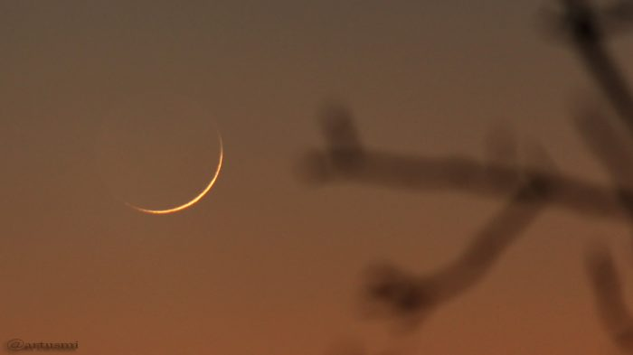Schmale Mondsichel nach Neumond am 30. Dezember 2016 um 17:21 Uhr