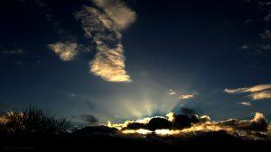 Wolkenstrahlen am Südwesthimmel am 4. Januar 2017 um 15:32 Uhr