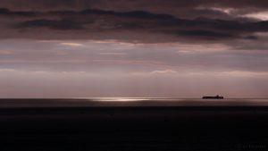 Frachtschiff am Horizont