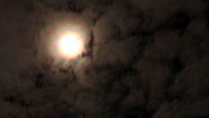 Kränze um den Mond am 10. März 2017 um 23:25 Uhr