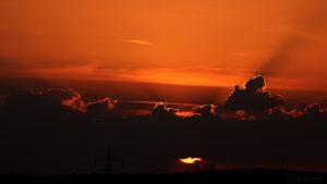Sonnenuntergang hinter Wolken am 28. März 2017 um 19:38 Uhr