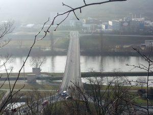 Kreisverkehr B 13 und Brücke bei Goßmannsdorf