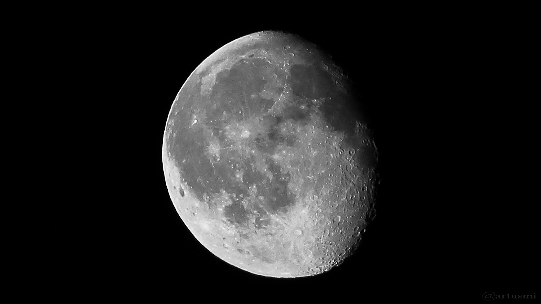 Abnehmender Mond verschwindet hinter Wolken